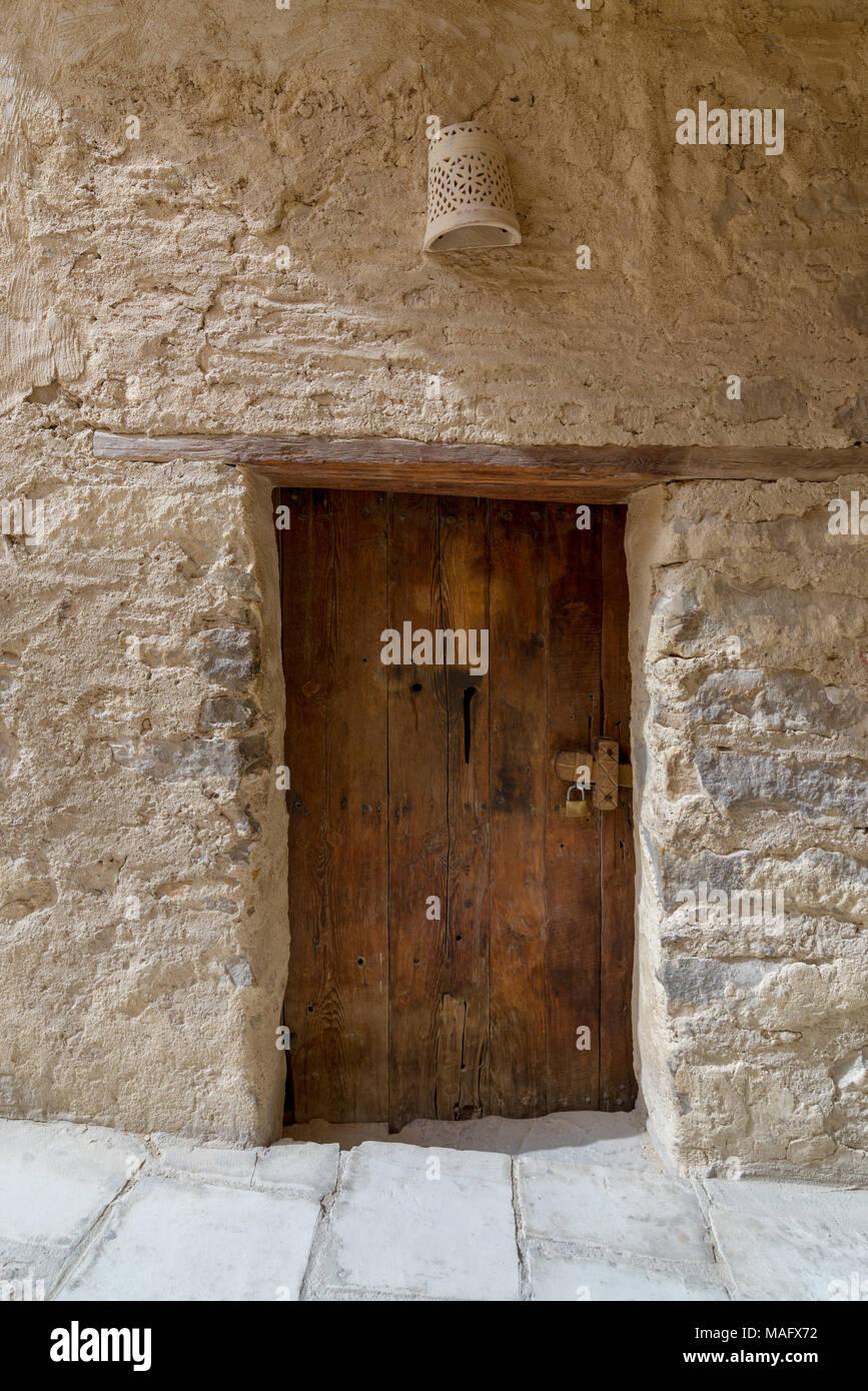 Mur de briques de pierres anciennes et de vieilles portes en bois au ...