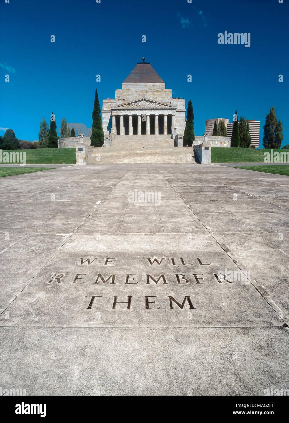 """Avenue de cérémonie, conduisant à de culte du souvenir, St Kilda Road, Melbourne, Victoria, Australie, montrant """"Nous nous souviendrons d'eux' inscription. Banque D'Images"""