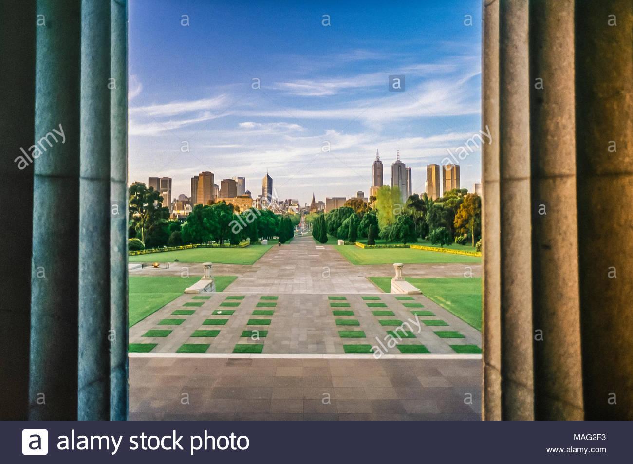 Regardant vers le bas de l'Avenue de cérémonie à la ville de Melbourne, du Sanctuaire du Souvenir, Melbourne, Victoria, Australie Banque D'Images