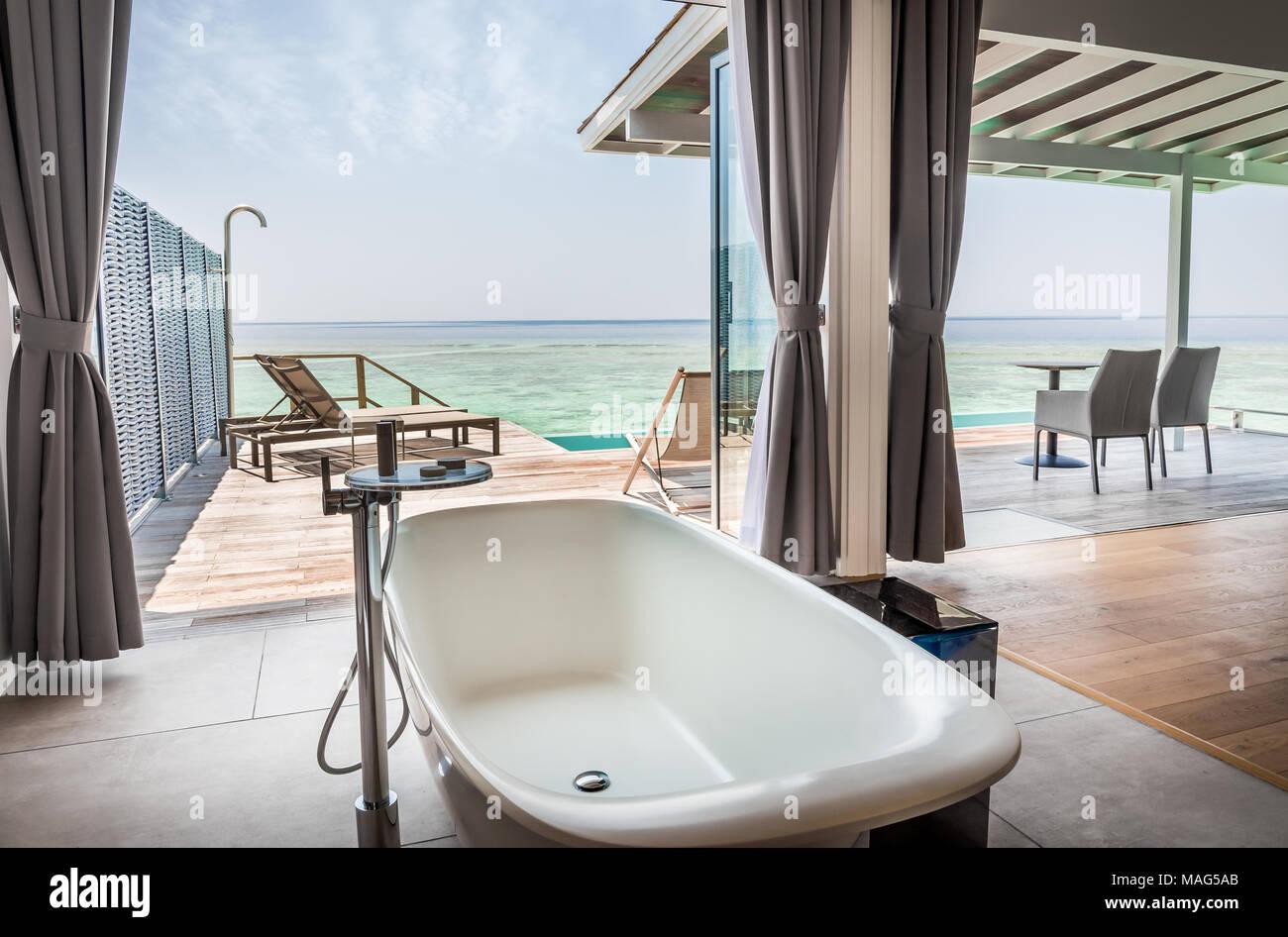 Int Rieur De L Eau Salle De Bains Luxueuse Villa Avec Vue Tonnante ~ Salle De Bain Rangement