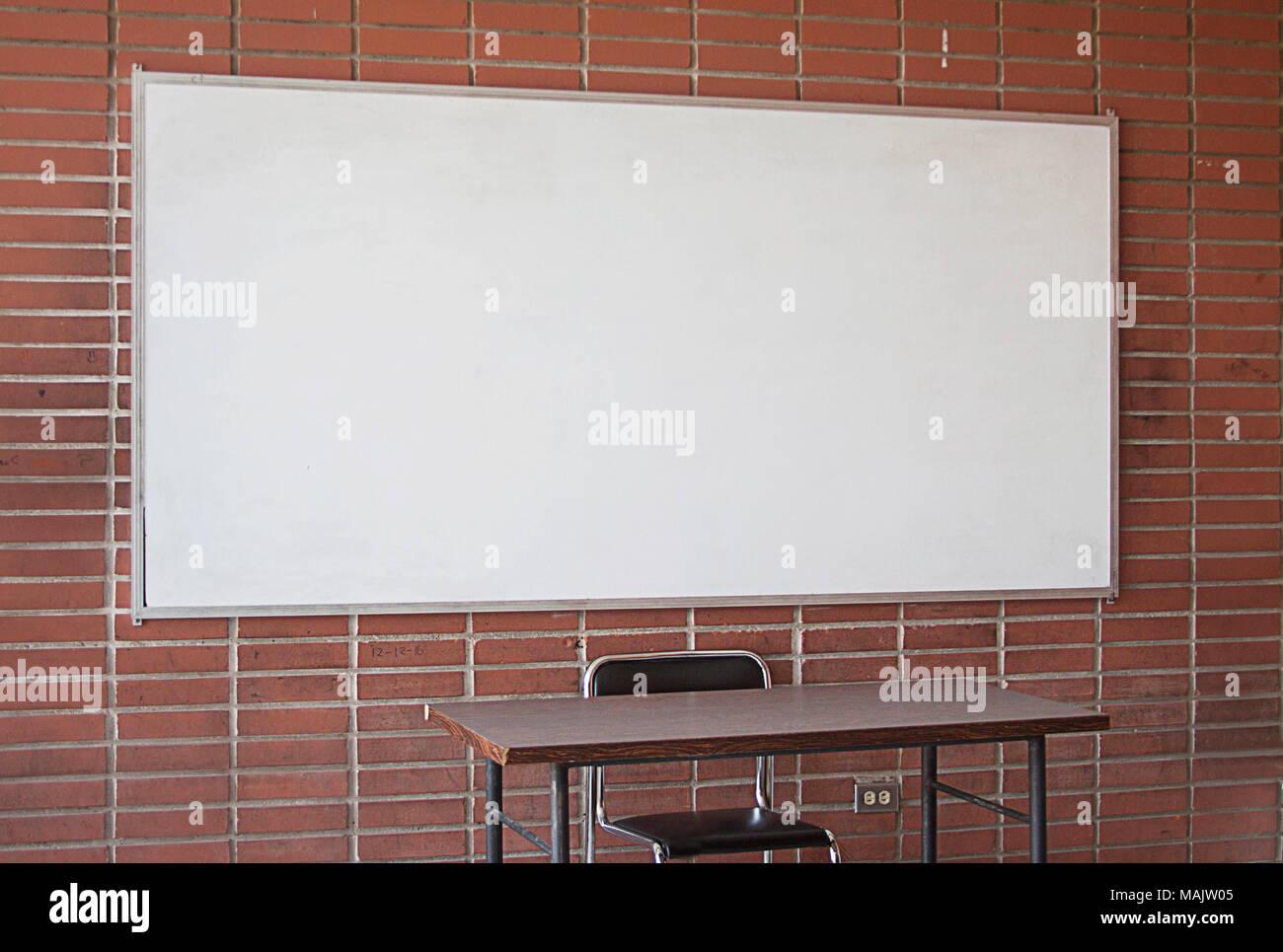 Bureau de l enseignant vide avec tableau blanc en arrière plan
