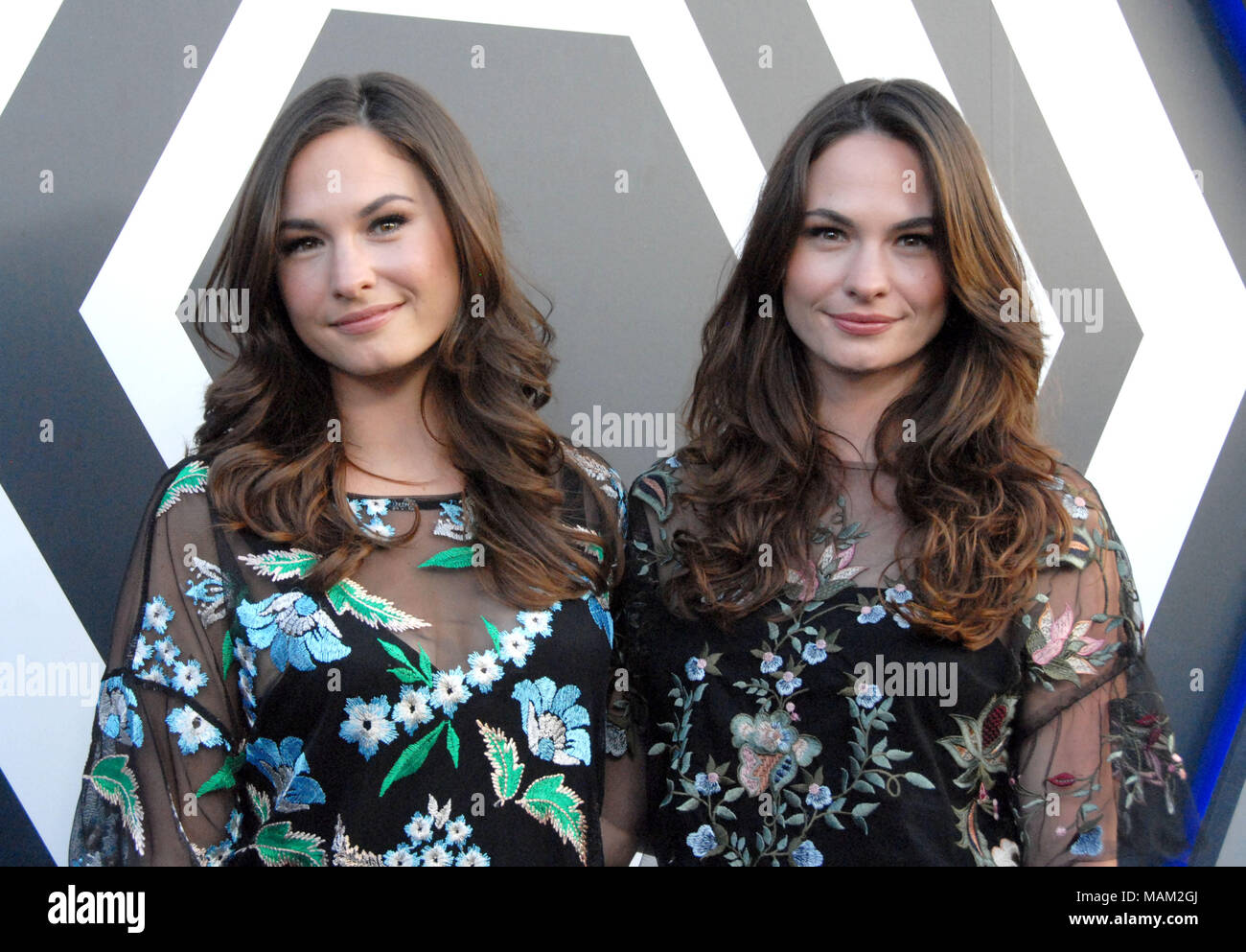 LOS ANGELES, CA - 02 avril   (L-R) actrices soeurs Sarah et Laura Bellini  Bellini assister à la première de la Légion  FX  Saison 2 à la DGA Theatre  Le 2 ... 6f87facaf67