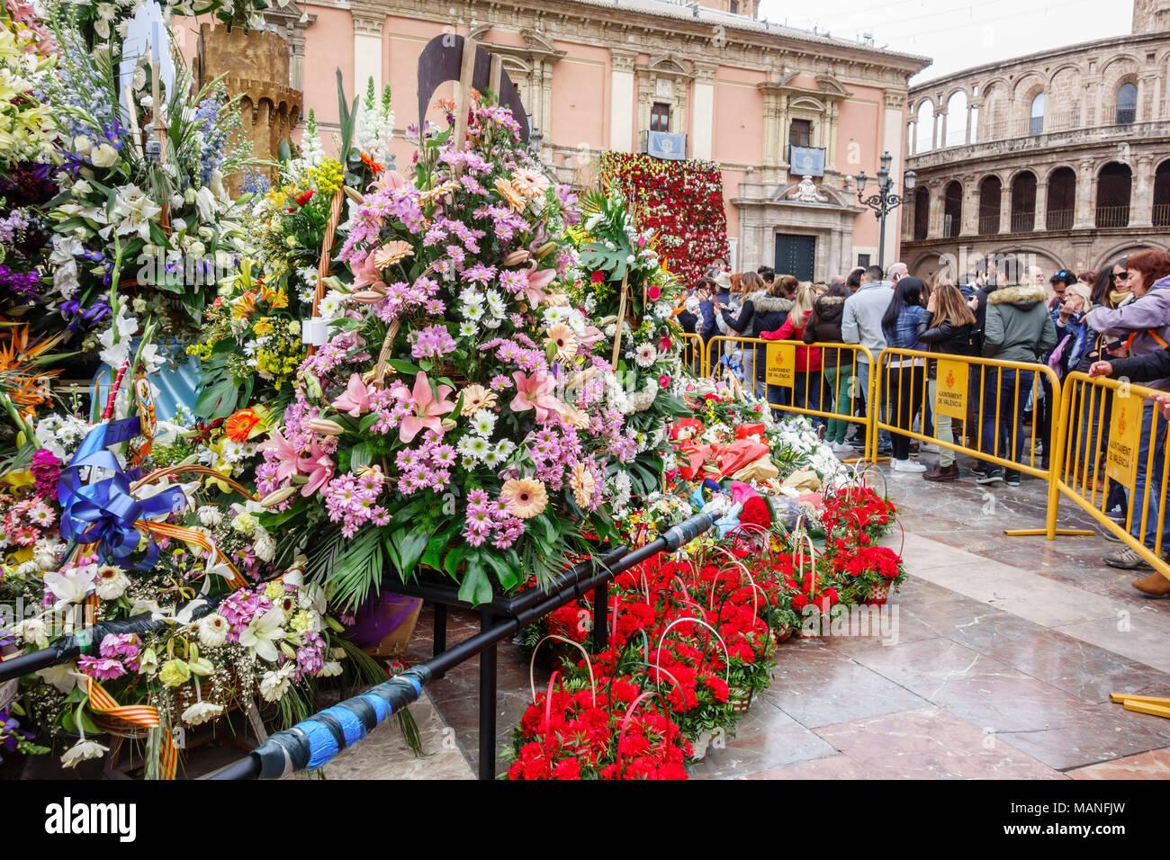 L Offre De Fleurs A La Vierge Marie A Falles Traditionnelle Fete De