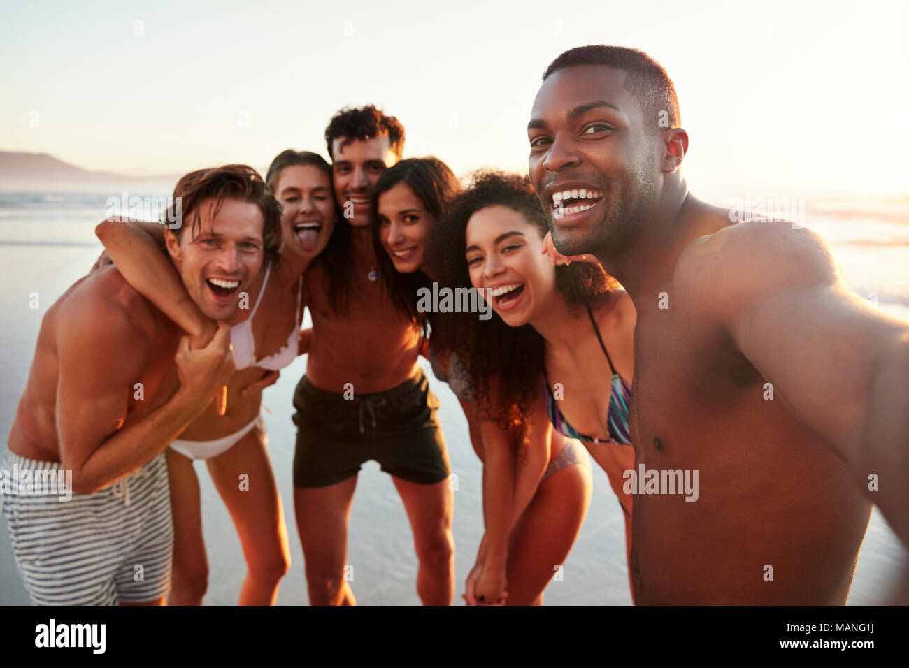Group of Friends Posing On Beach Selfies pour Locations Photo Stock