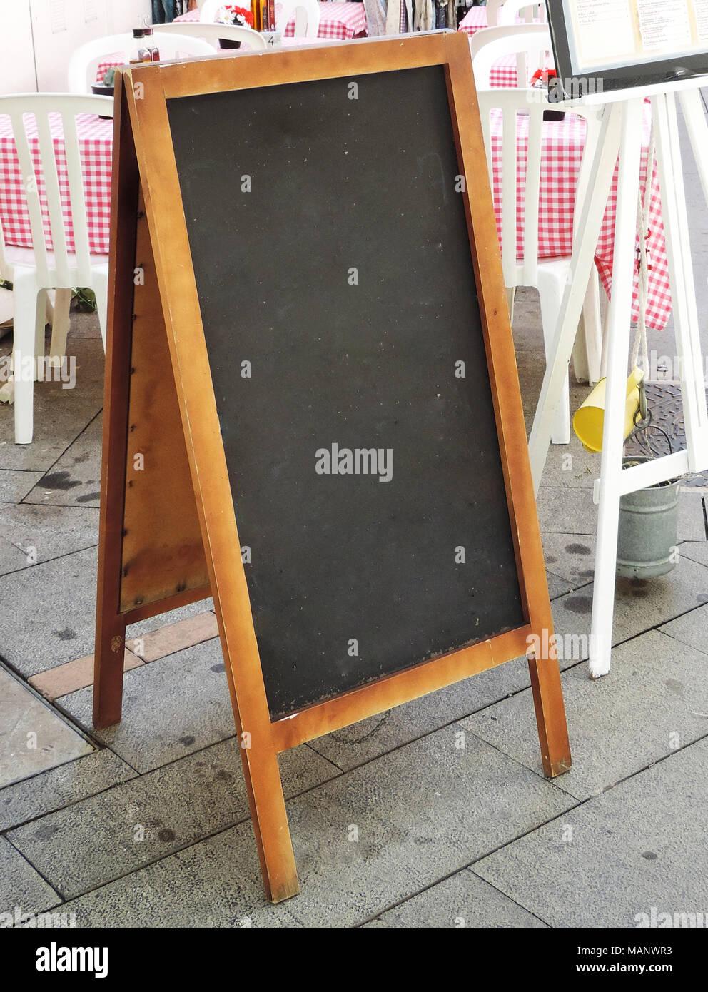 Menu Vierge Pancarte Dans Un Restaurant Panneaux En Bois Ou Tableau En Face D Un Restaurant Avec Un Espace Blanc Photo Stock Alamy