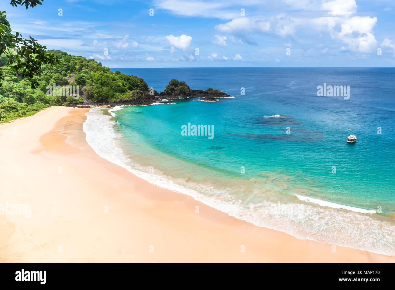 Fernando de Noronha, Brésil. Vue aérienne de Sancho Beach sur l'île de Fernando de Noronha. Voir sans que personne sur la plage. Arbres et plantes autour. Photo Stock
