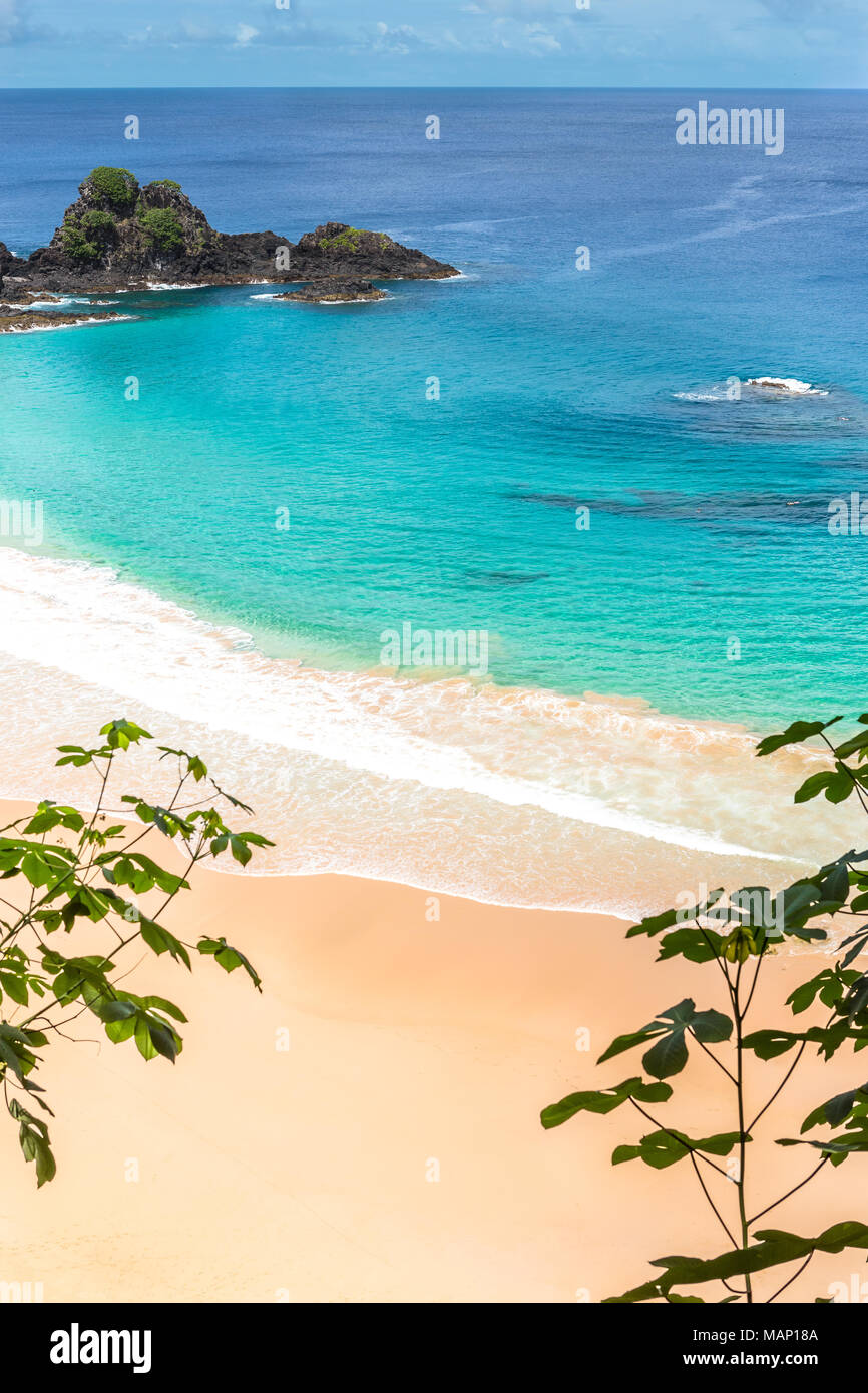 Fernando de Noronha, Brésil. Vue aérienne de Sancho Beach sur l'île de Fernando de Noronha. Voir sans que personne sur la plage. Photo Stock