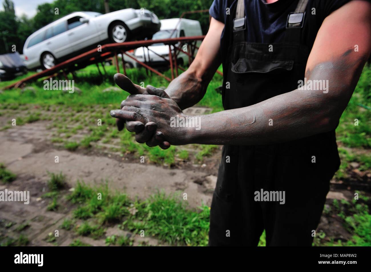 Une personne, un groupe de travail, bras, noir, travaux publics, craftemployment workprofessional illégalement l'emploi, la vie professionnelle, illicite, disque, danger, travail Banque D'Images