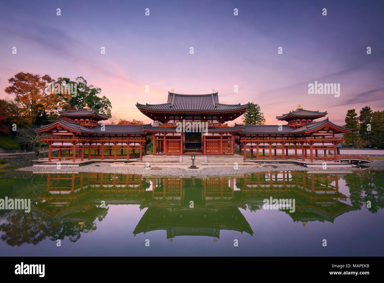 Beau coucher de soleil paisible décor du hall d'Amida ou Phoenix Byodoin Byodo-in, temple bouddhiste Japonais se reflétant dans les eaux calmes de JOD Photo Stock