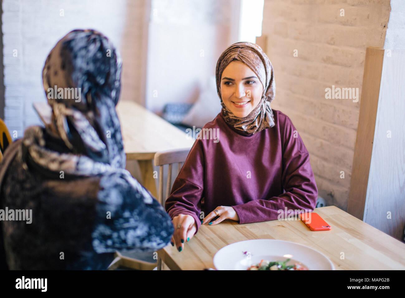 Deux femmes musulmanes au café, réunion d'amis Photo Stock
