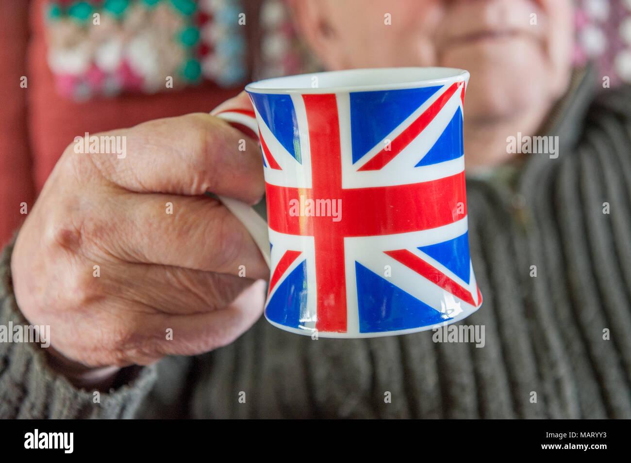 Old man holding Union Jack UK, Angleterre, mug Banque D'Images