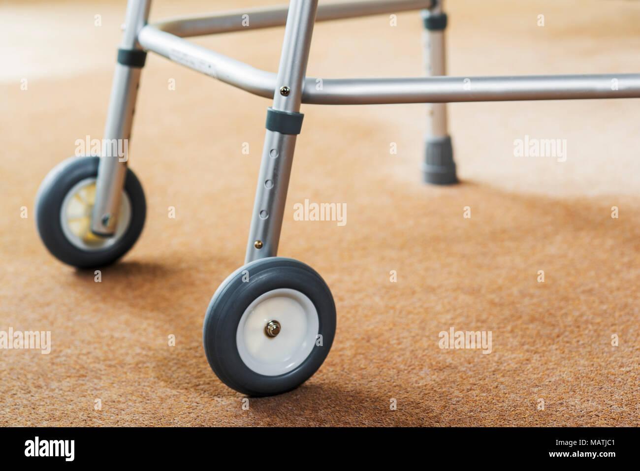 Cadre de marche à roulettes, de réadaptation aide à la marche. Photo Stock