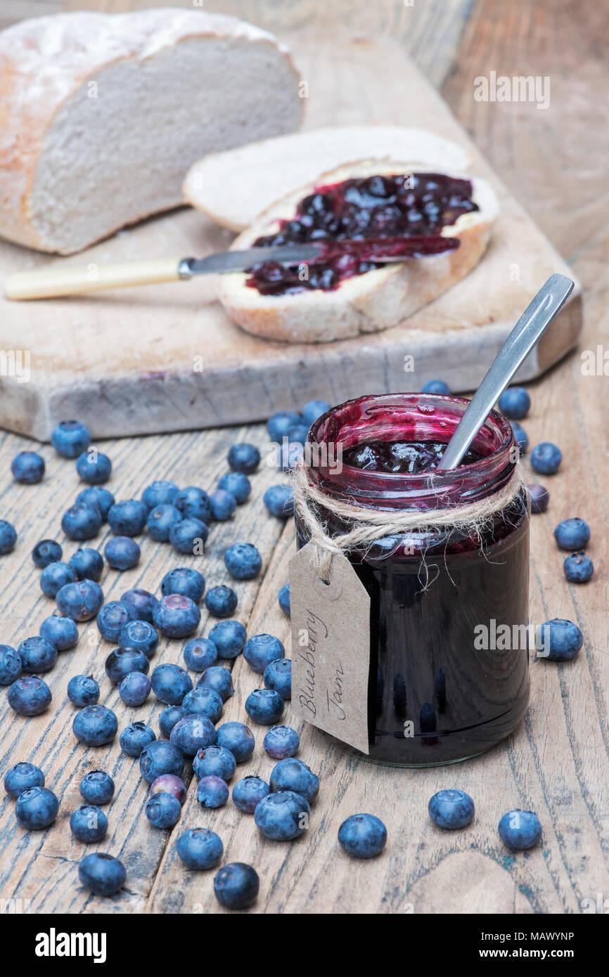 La confiture de bleuets et de pain fait maison sur un fond de bois Photo Stock