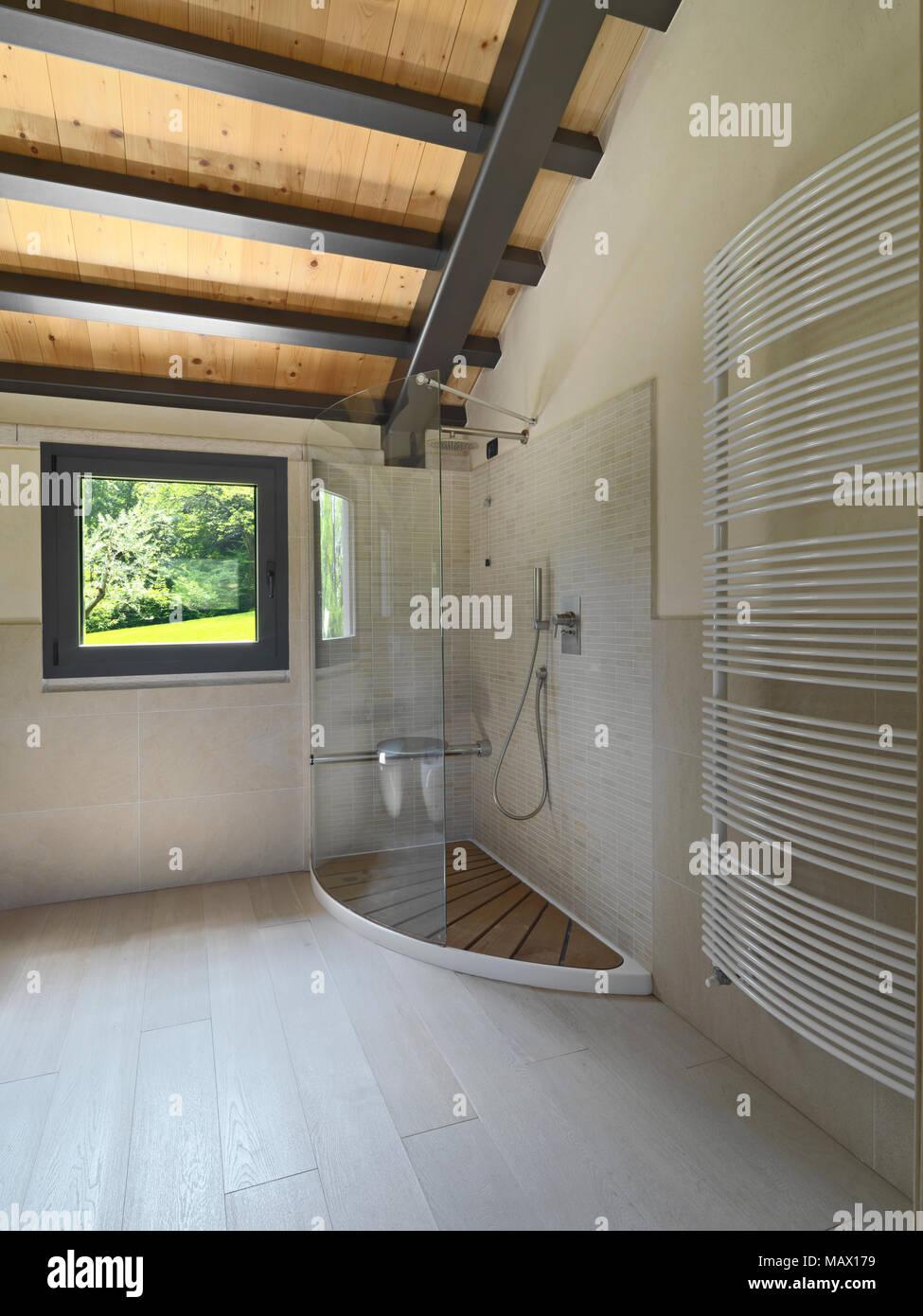 Photos de l'intérieur d'une salle de bains moderne, à l'avant-plan comptoir ronde vasque sur l'en haut en arrière-plan le bidet et la cuvette des toilettes le Photo Stock