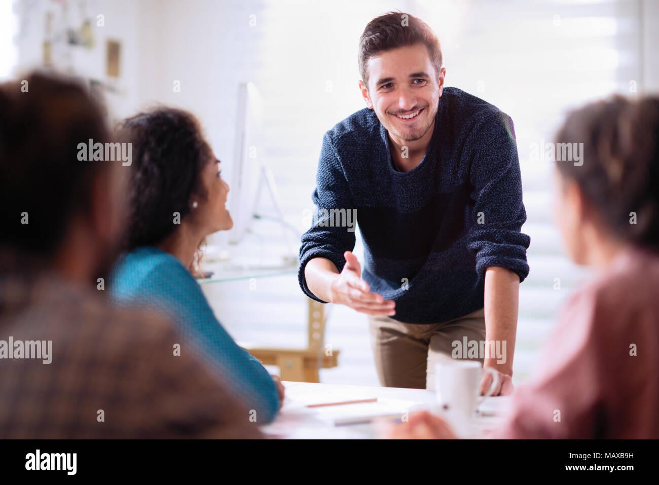 Lors d'une réunion. Un jeune homme qui présente son projet Photo Stock
