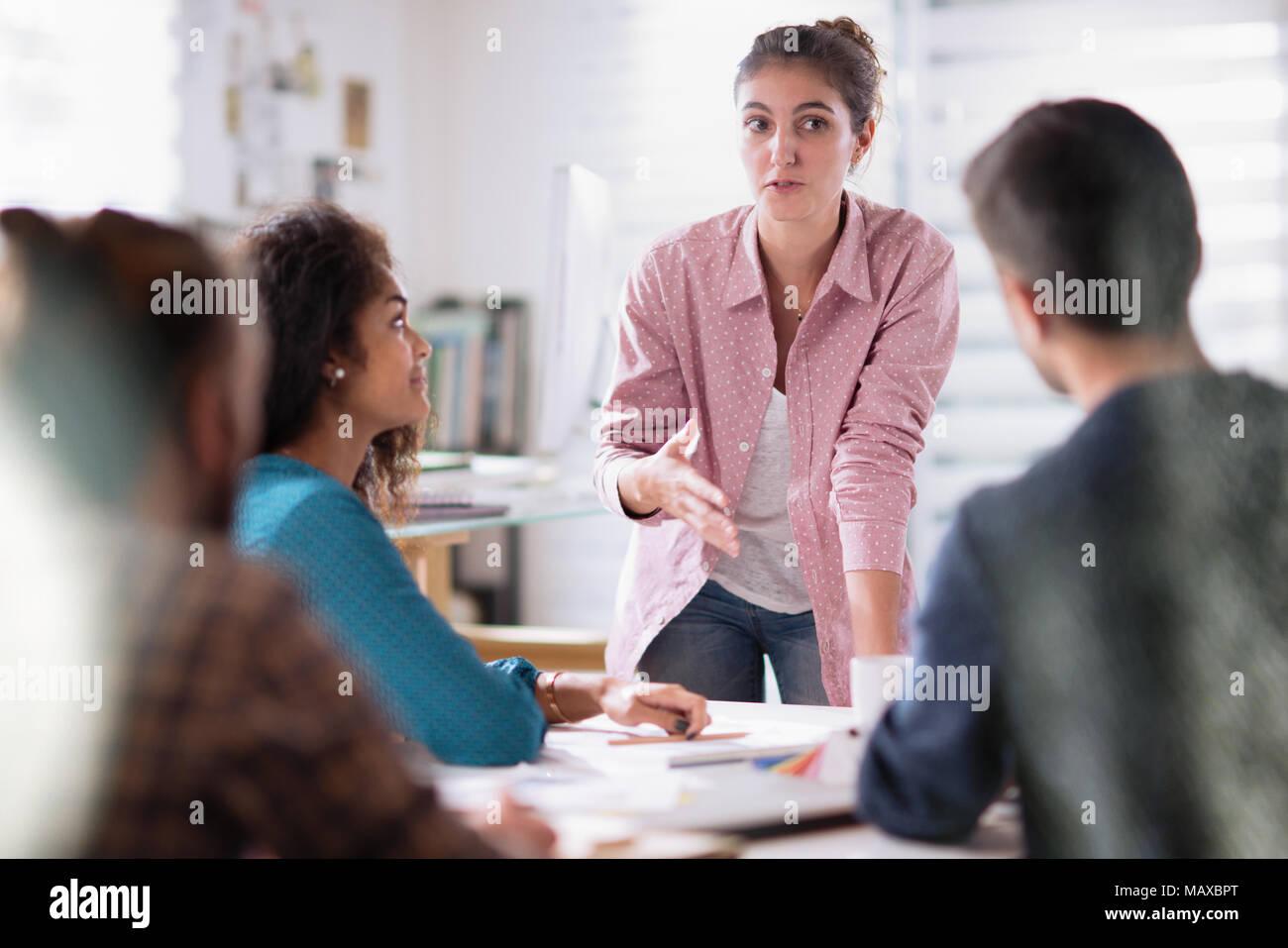 Réunion bureau. jeune femme présente son projet à ses collègues Photo Stock