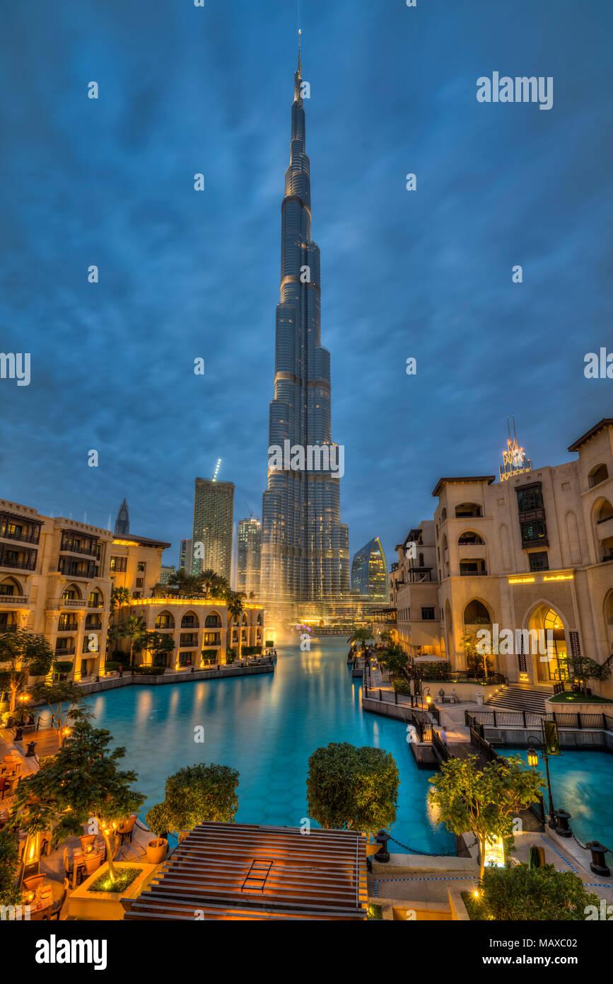 Le Burj Khalifa est éclairée la nuit au centre-ville de Dubaï, aux Émirats arabes unis, au Moyen-Orient. Photo Stock