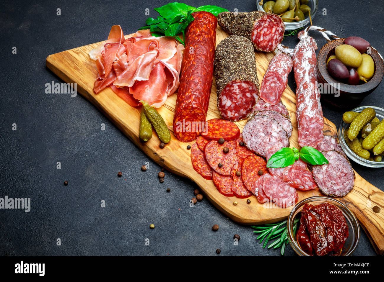 Ensemble de la viande italienne traditionnelle collation. Salami, jambon, olives, câpres Photo Stock