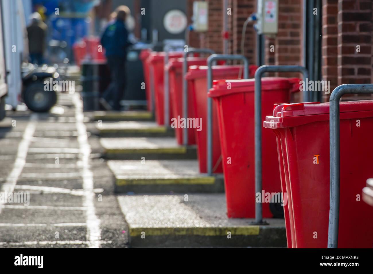 Gestion des déchets commerciaux. Recyclage & déchets wheelie bins au circuit de Brands Hatch Photo Stock
