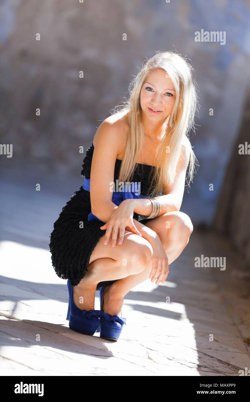 Jolie fille adolescente jambes talons chaussures stiletto