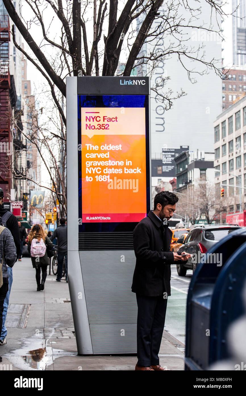 NEW YORK CITY - 29 mars 2018: LinkNYC borne wi-fi dans la rue dans la ville de New York, en Midtown Manhattan. Photo Stock