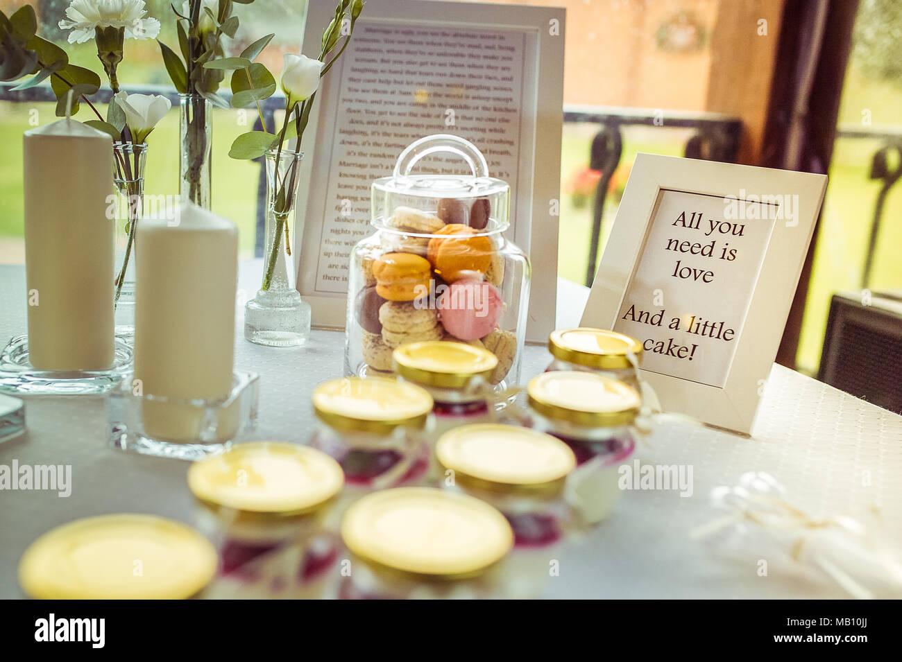 Tout ce qu'il vous faut, c'est l'amour et un petit gâteau Banque D'Images