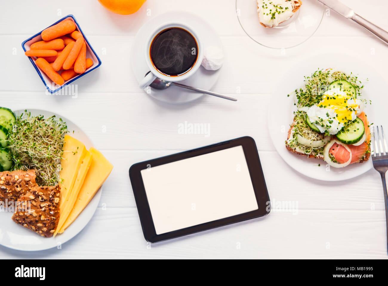 Voir le haut avec copie vierge de l écran et l espace petit-déjeuner sain  avec du café sur la table en bois blanc. Planification de la journée de  travail, ... a07f03f96761