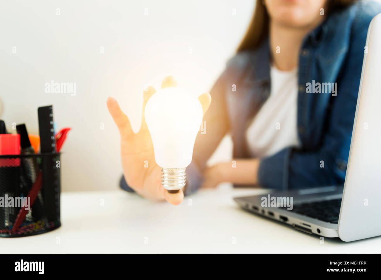 Business women's, designer's hand holding ampoule, concept de nouvelles idées à l'innovation et la créativité. Photo Stock
