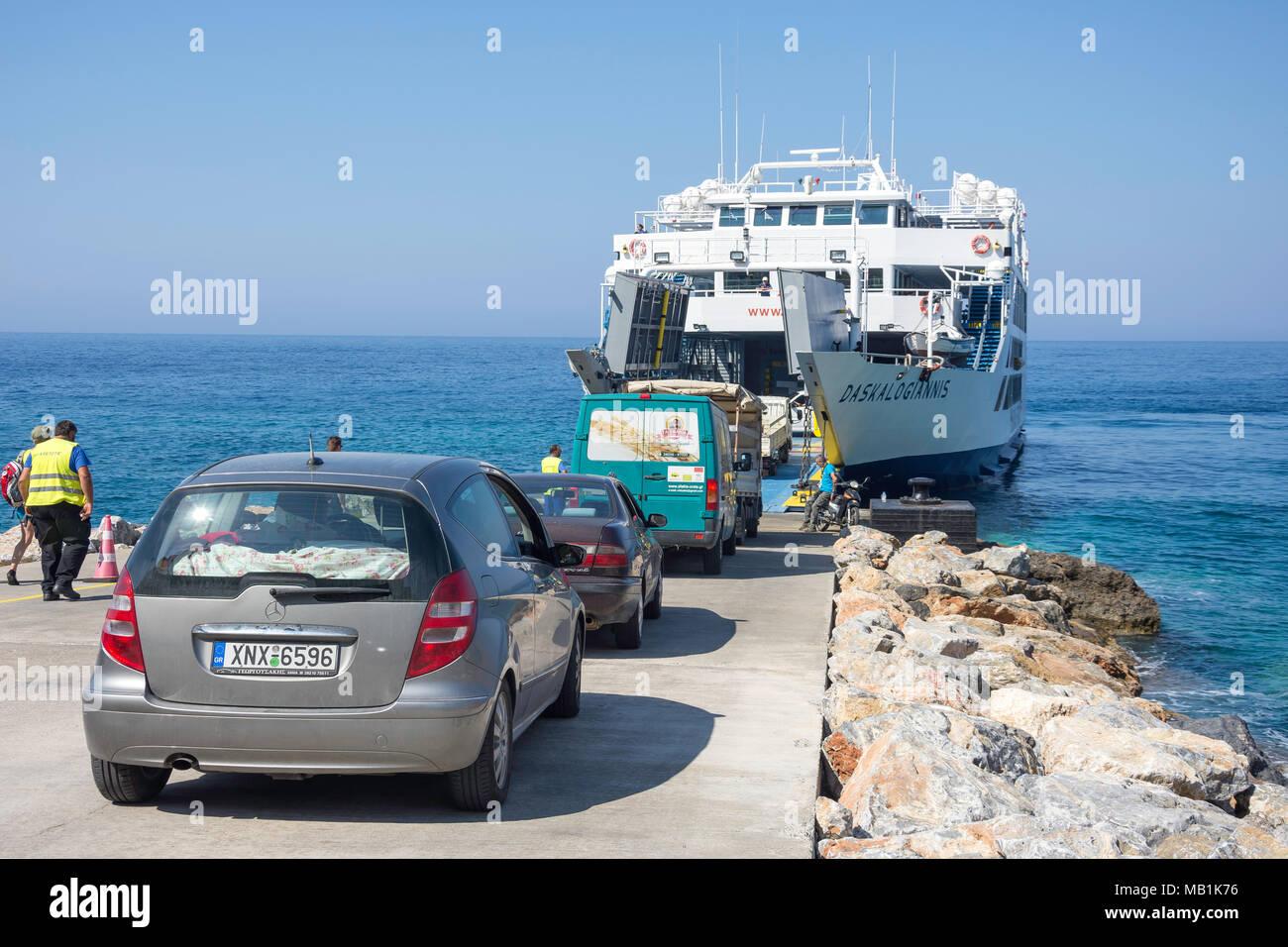 L'embarquement des véhicules Daskalogiannis ferry vers Loutro, Hora Sfakion, Sfakia, Chania, Crete Région (Crète), Grèce Photo Stock