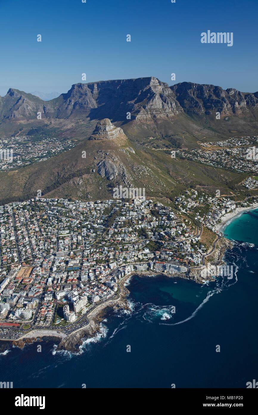 Sea Point (à gauche), la baie de Bantry, Clifton Beach (à droite), tête de lion, et Table Mountain, Cape Town, Afrique du Sud - vue aérienne Banque D'Images