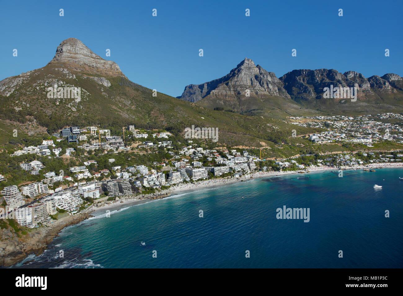 Appartements de luxe, Clifton Beach, tête de lion, et Table Mountain, Cape Town, Afrique du Sud - vue aérienne Banque D'Images