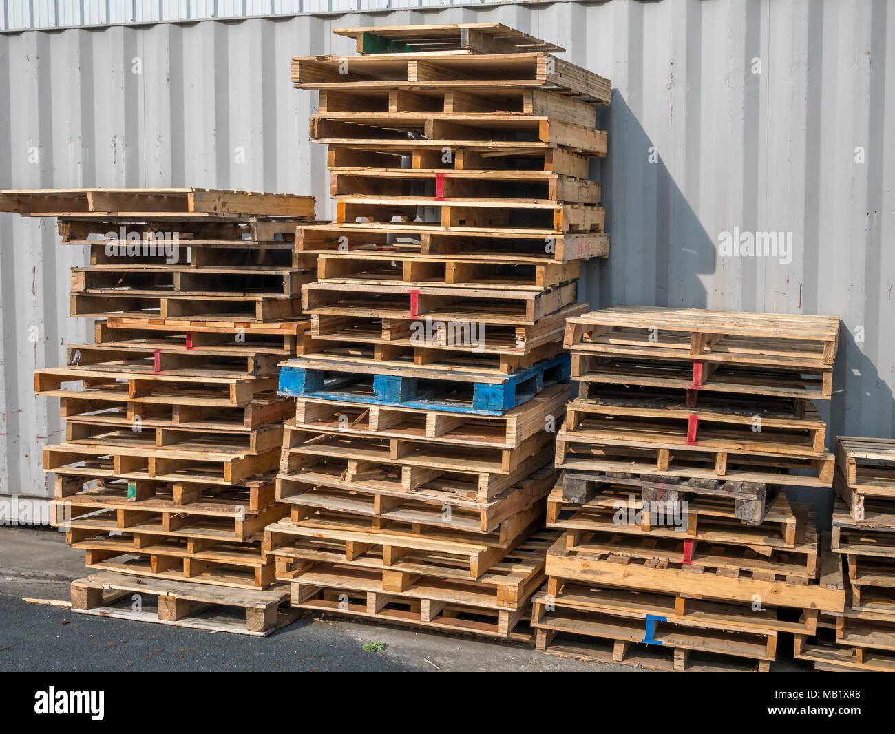 Mur Exterieur En Palette De Bois vue de face des palettes en bois empilés contre le mur