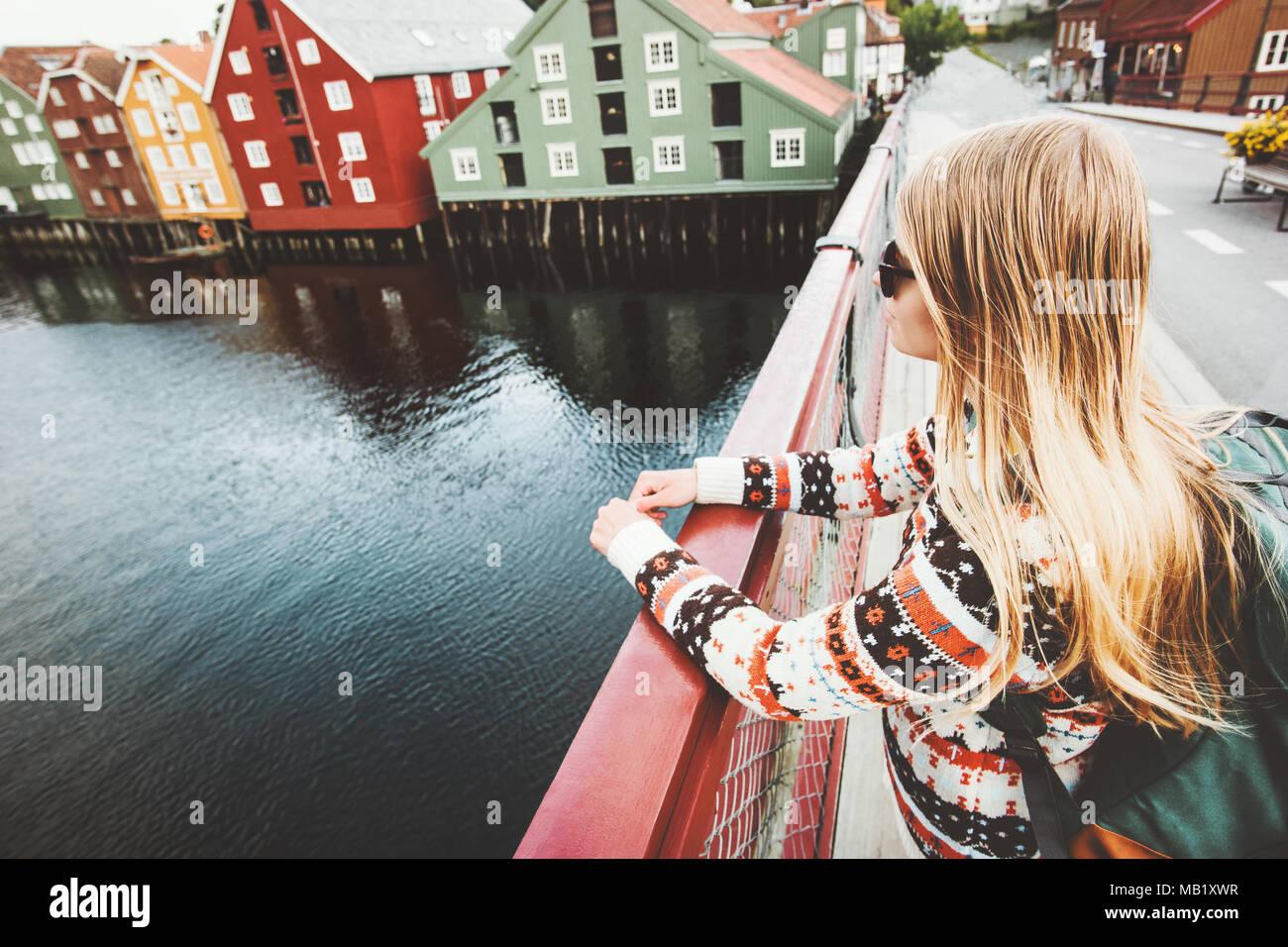 Jeune Femme Visites De La Ville De Trondheim En Norvege Pont
