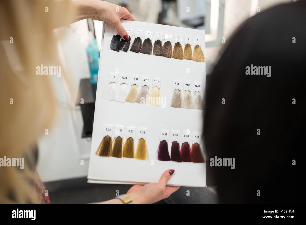 Retour portrait de palette de couleurs de cheveux hairdresser holding Photo Stock