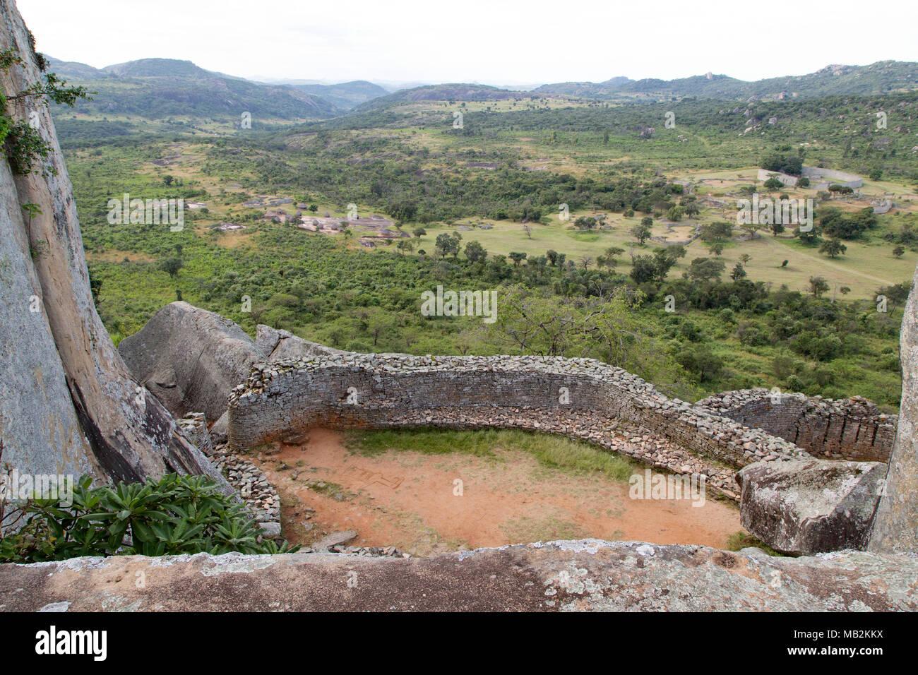 Voir dans la vallée de l'enceinte royale au grand Zimbabwe près de Masvingo au Zimbabwe. Photo Stock