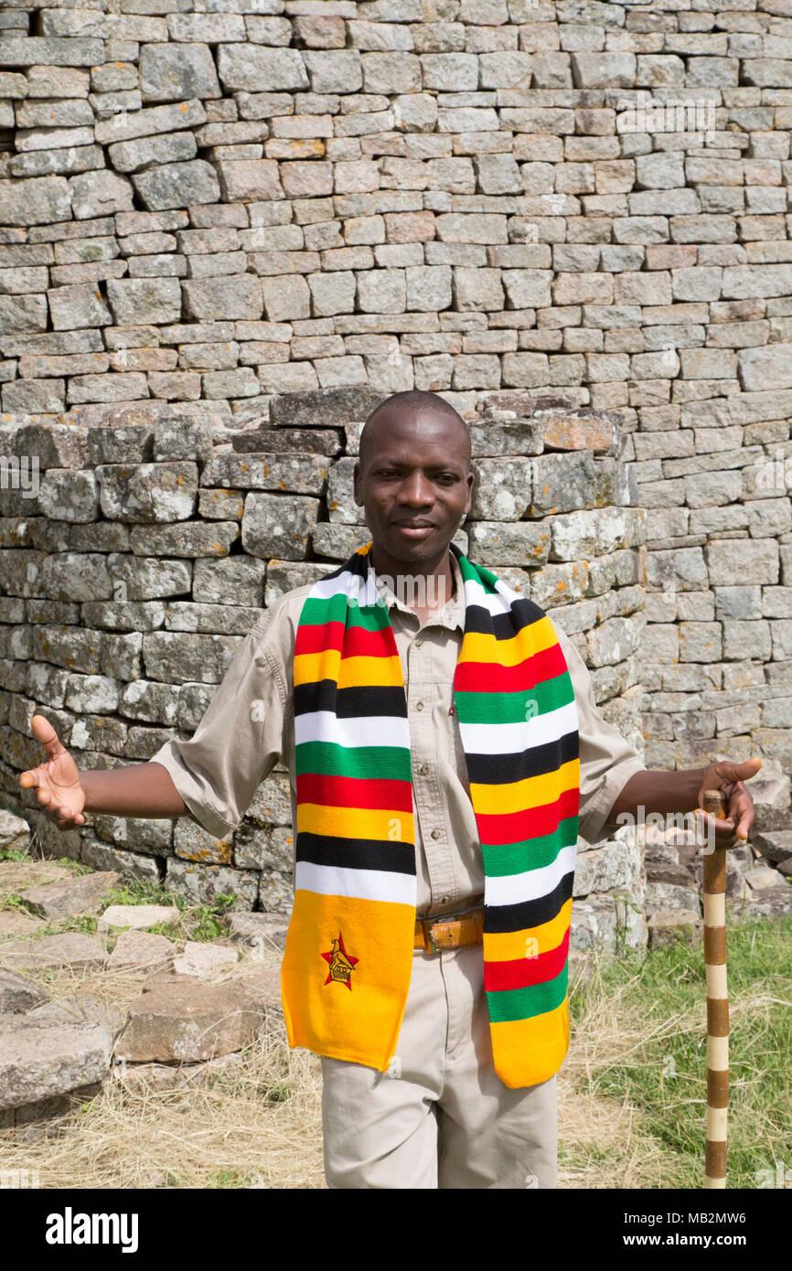 Lovemore, un guide au grand Zimbabwe près de Masvingo au Zimbabwe. Photo Stock