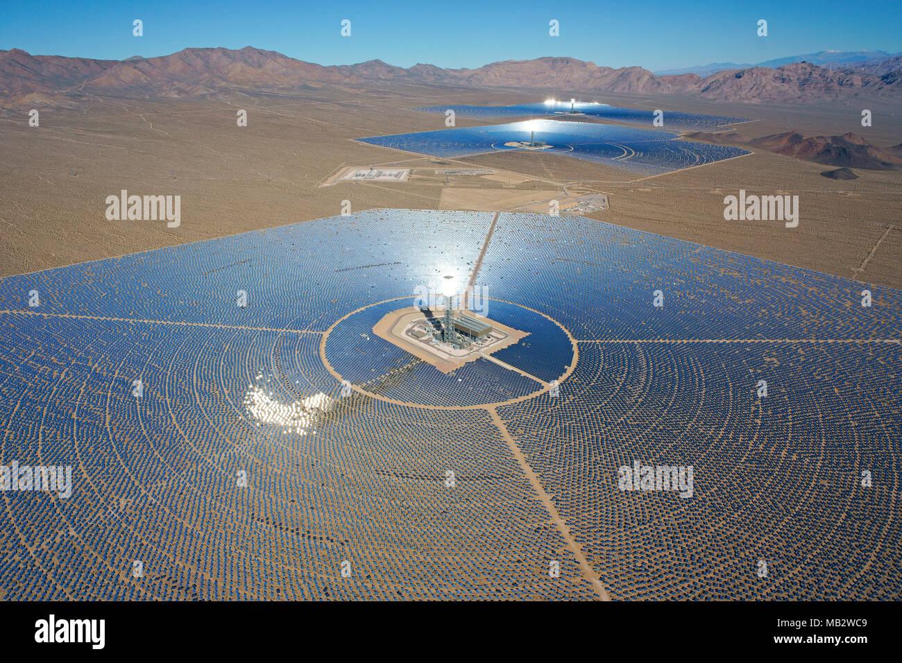 Système de production d'électricité solaire IVANPAH (vue aérienne) (plus grande centrale solaire concentrée que de 2018). Désert de Mojave, Californie, USA. Photo Stock