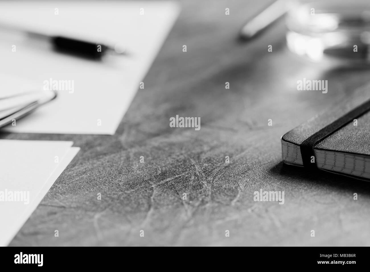 Vue sur le lieu de travail. Ordinateur portable ouvert sur table. La photographie en noir et blanc. Banque D'Images
