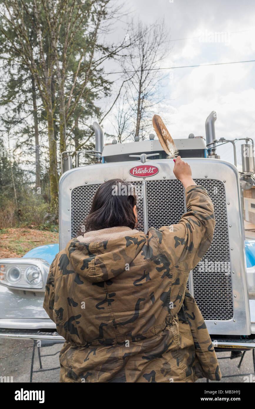 Femme autochtone et manifestants anti-Pipeline camion à l'entrée du terminal du pipeline de Kinder Morgan, Burnaby, Colombie-Britannique, Canada. Photo Stock