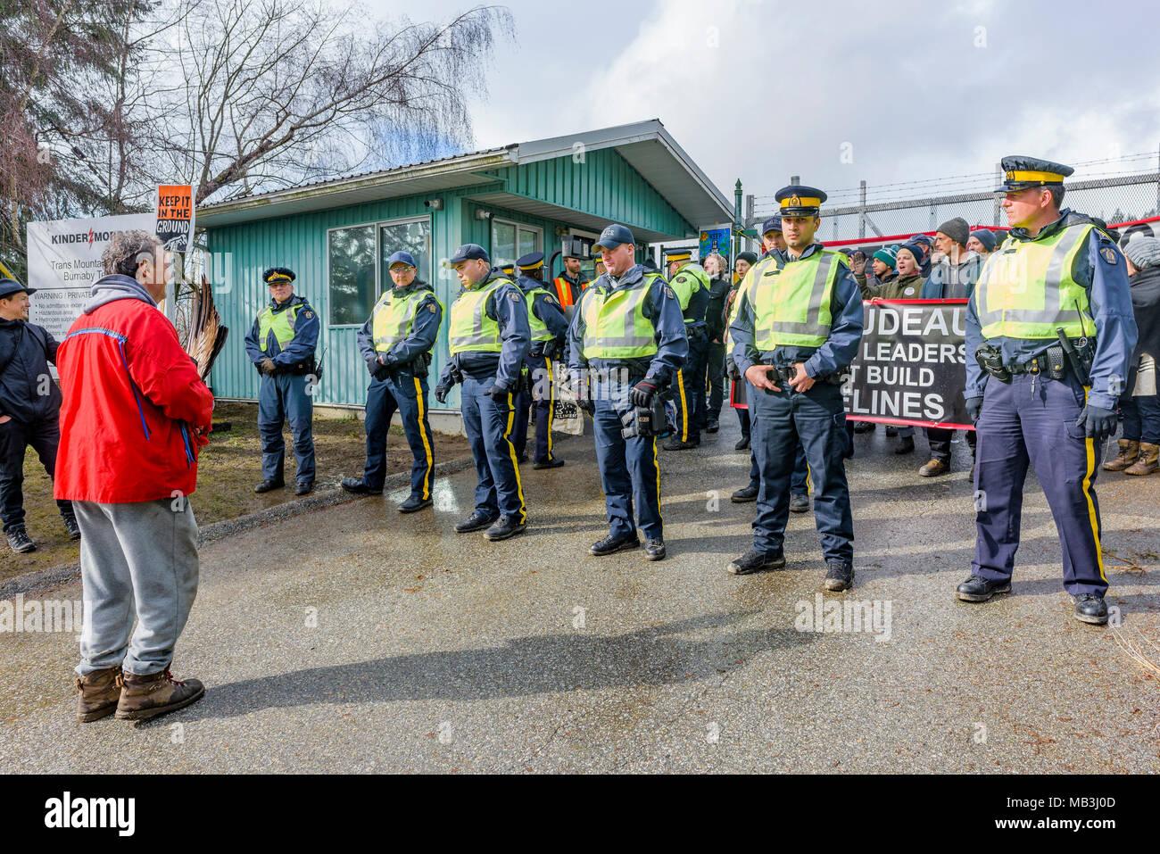 Grc forment un mur et de procéder à des arrestations au blocage de l'entrée du pipeline de Kinder Morgan, Burnaby, Colombie-Britannique, Canada. Photo Stock