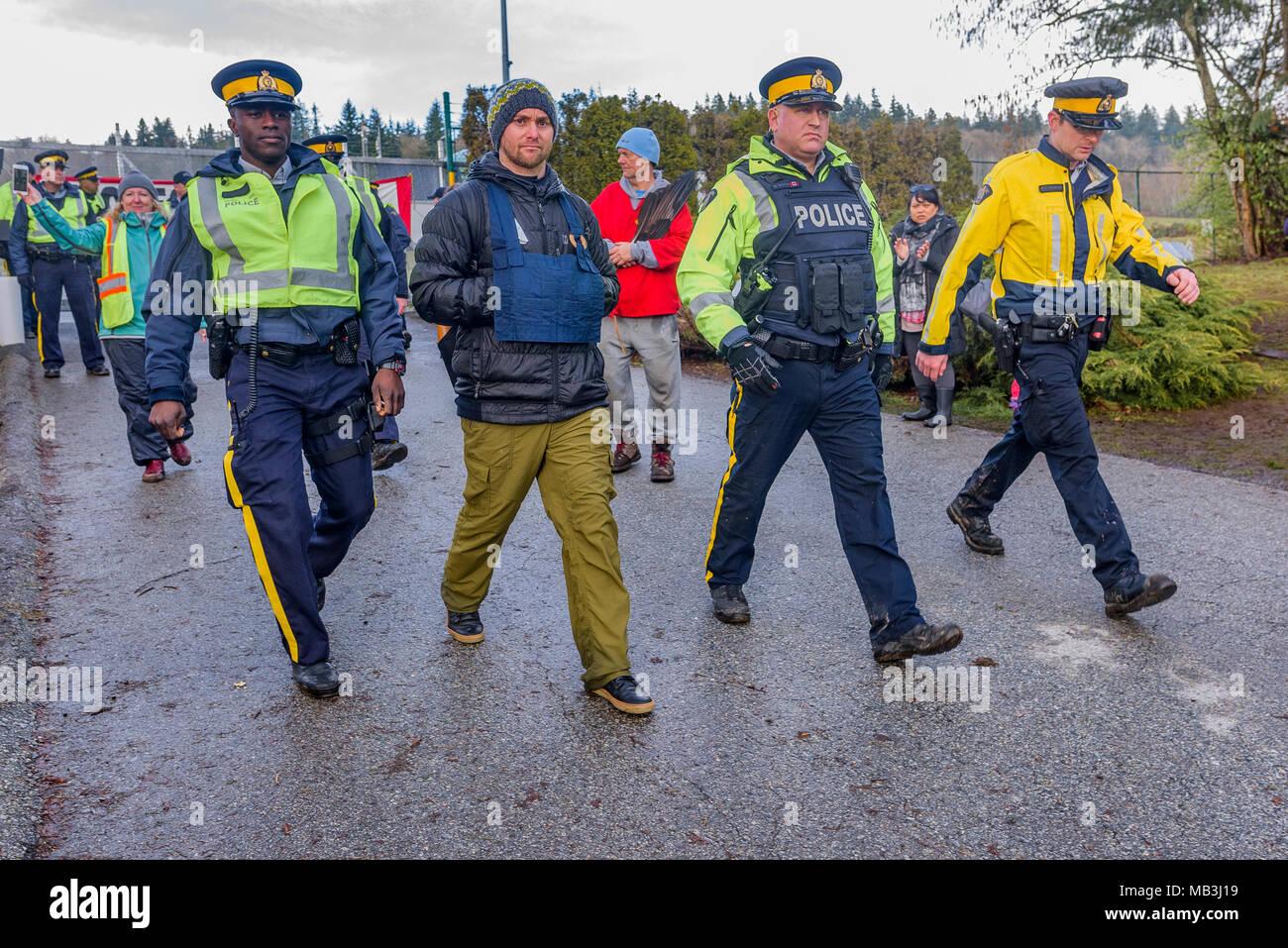L'homme se fait arrêter au blocage de l'entrée du pipeline de Kinder Morgan, Burnaby, Colombie-Britannique, Canada. Photo Stock
