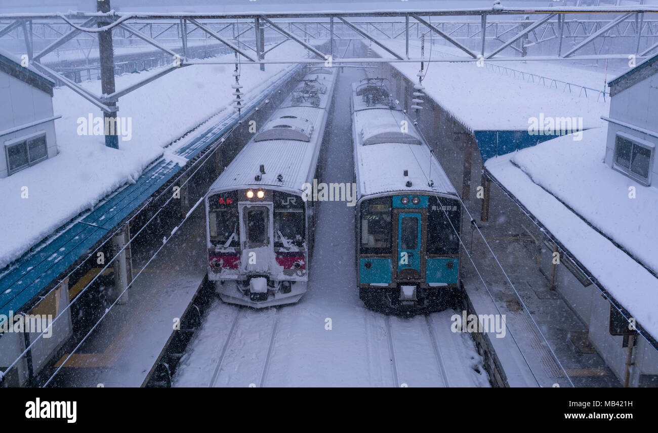 Japan Rail (JR East) et d'Aoimori Line trains dans la neige en gare d'Aomori dans la région de Tohoku au Japon. Photo Stock