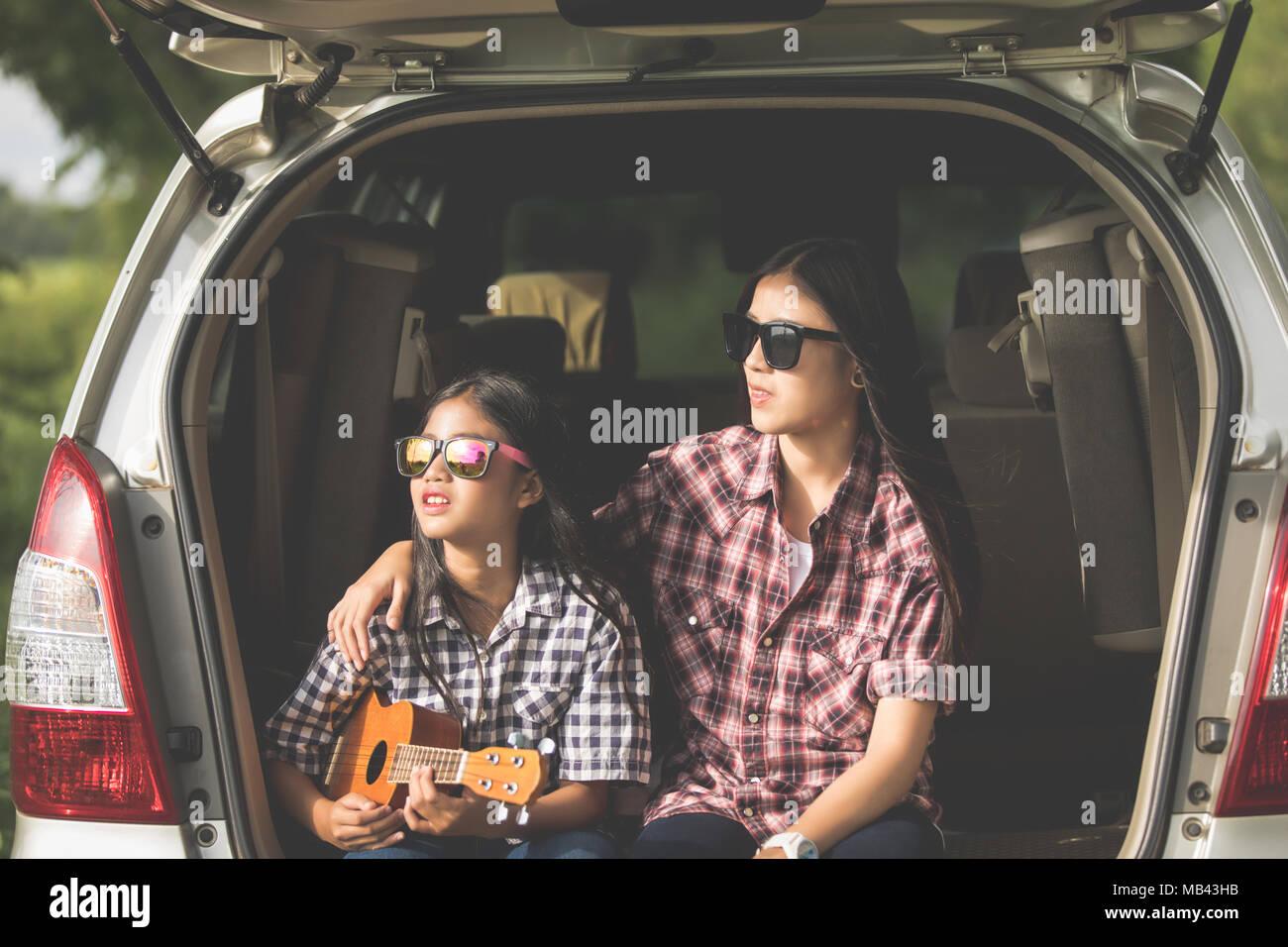 Happy little Girl with asian family dans la voiture pour profiter de la route et les vacances d'été dans le camping-car Photo Stock