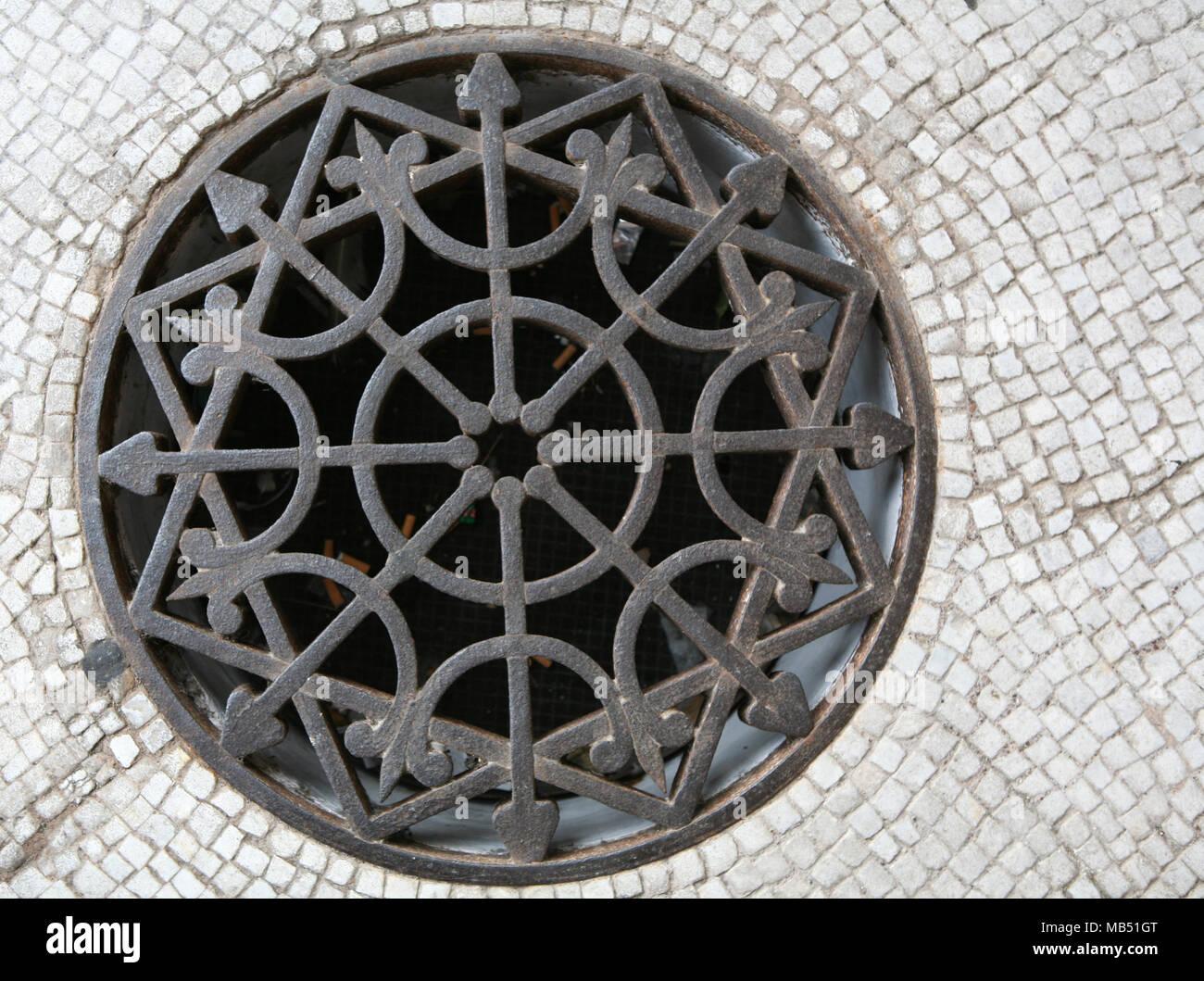 Grilles de drainage avec texture de fond de lumière Photo Stock