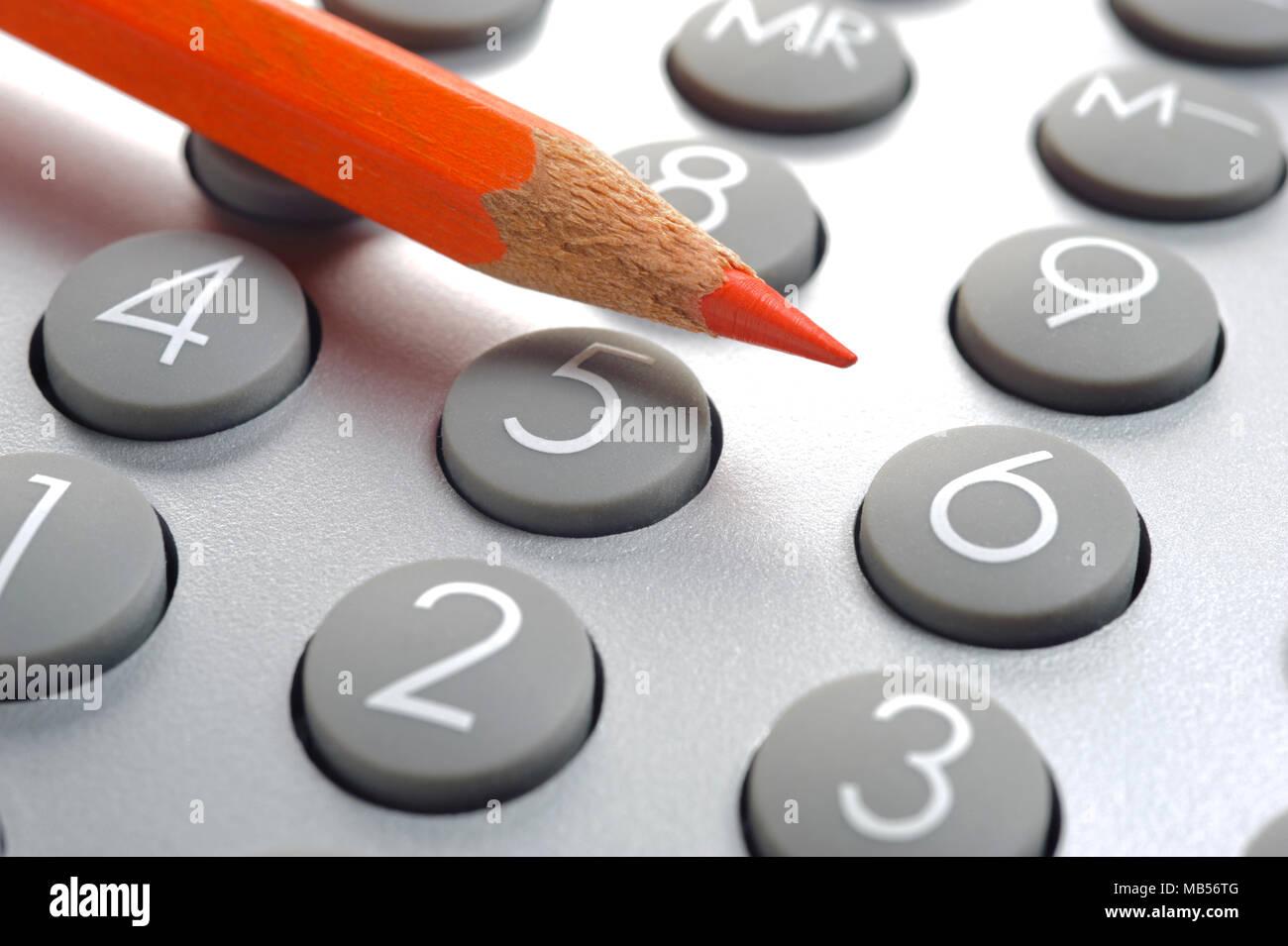 Crayon rouge met sur calculatrice Banque D'Images