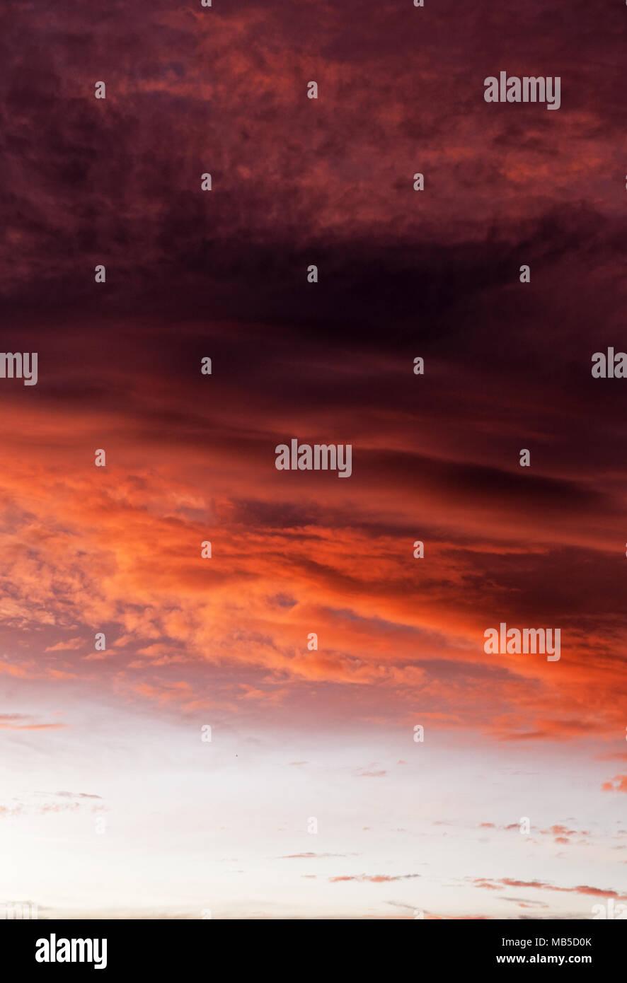 Ciel coucher de soleil spectaculaire avec soir Ciel nuages éclairés par la lumière du soleil Photo Stock
