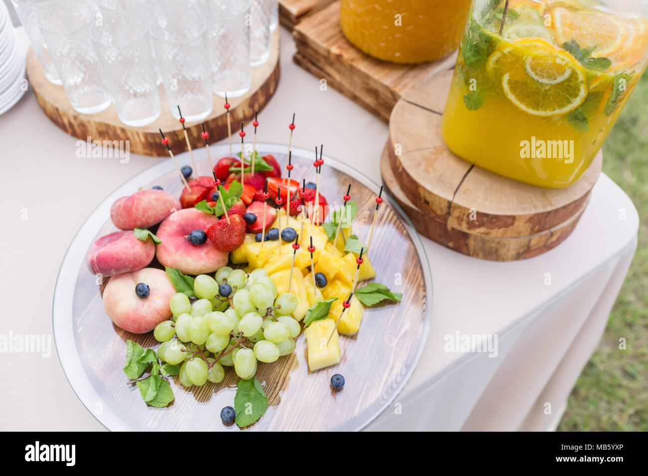 banque de limonade en verre avec des tranches d'agrumes sur une