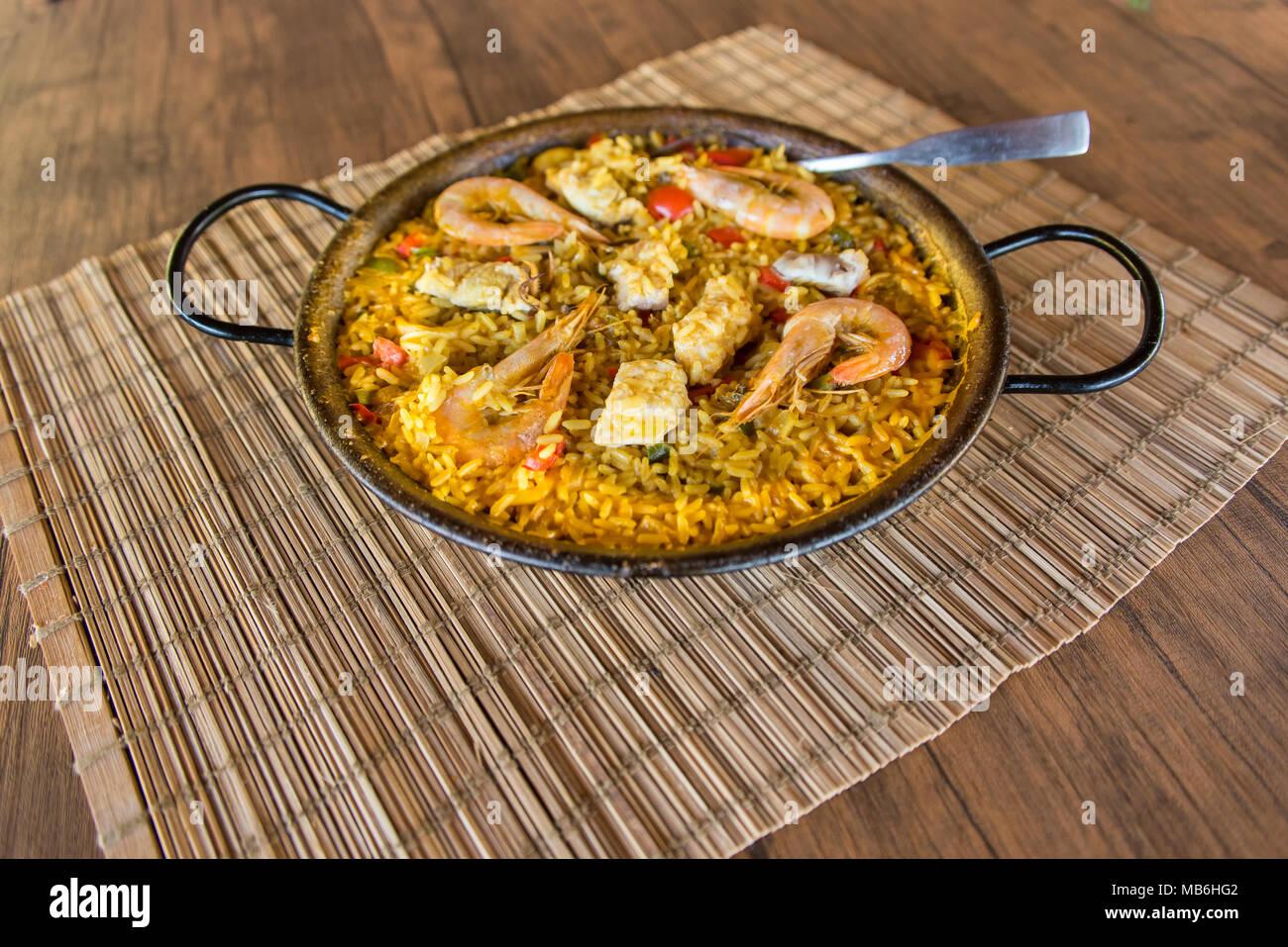 La Paella espagnole traditionnelle dans la poêle Photo Stock