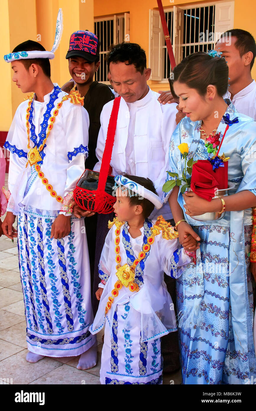 Cérémonie Les Prennent En Traditionnels À La Costumes Qui Gens Part 0w8nOyNvm