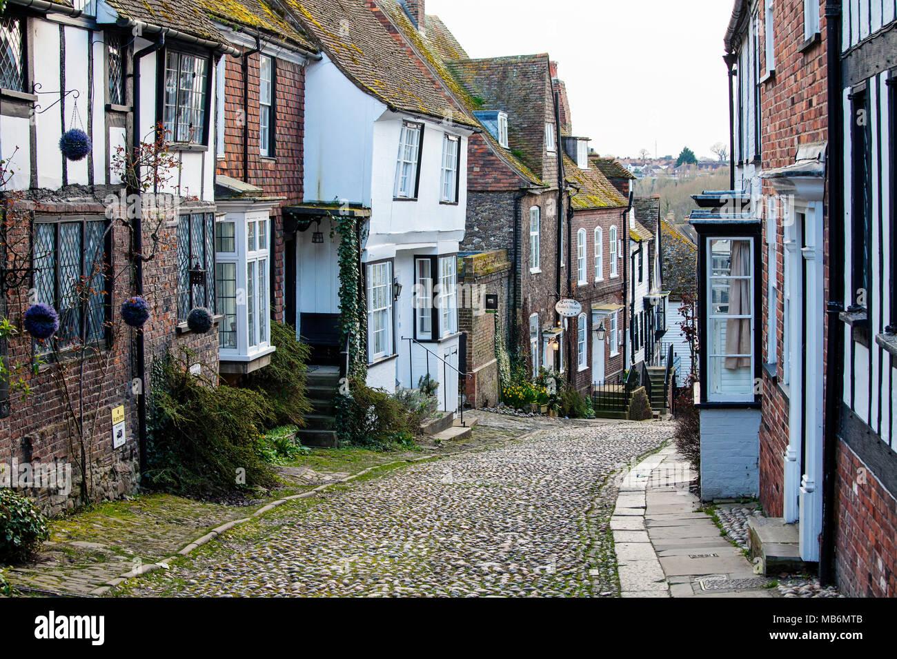 Le SEIGLE, UK - 5 avril 2018: Mermaid Street dans le seigle est une vieille rue pavée, qui utilisé pour être l'ancienne ville, route principale. Cette célèbre rue est bordée Photo Stock